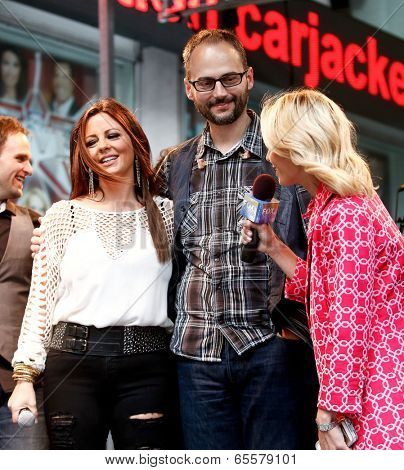 NEW YORK-MAY 23: Country music singer Sara Evans (L), brother Matt Evans (C) and Elisabeth Hasselbeck on stage at Fox and Friends' All-American Summer Concert Series on May 23, 2014 in New York City.