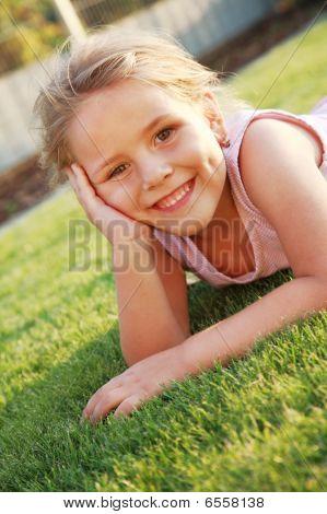 Happy Girl entspannend auf dem Gras
