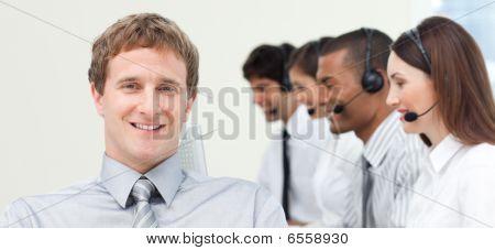 Junge Manager mit seinem Team In einem Call Center