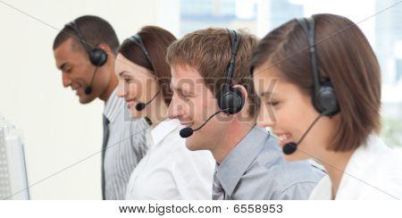 Compañeros de trabajo serios en un centro de llamadas
