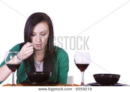 Bela mulher comer jantar sozinho