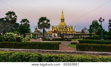 King Setthathirat statue and Pha That Luang stupa