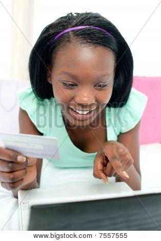 fröhlich Teen Girl Einkaufen auf Linie