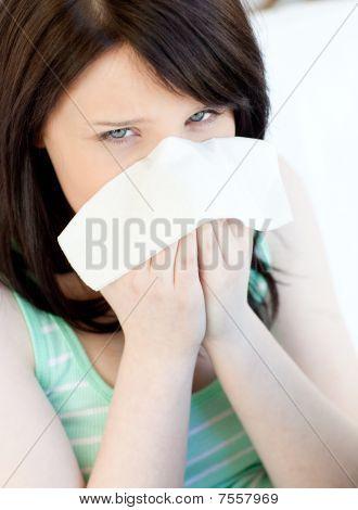 Retrato de uma menina de adolescente doente caucasiano de sopro