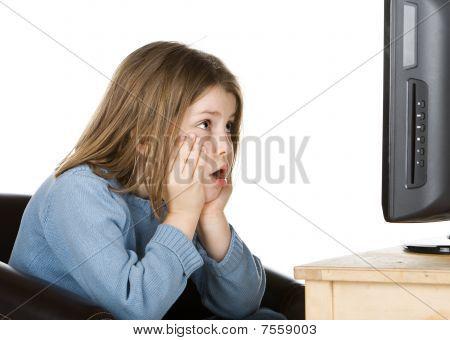 junge Kind vor dem Fernseher