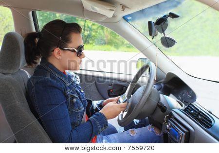 Teen Texting während der Fahrt