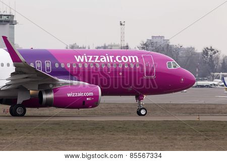 Wizz Air Airbus A320-232 aircraft running on the runway
