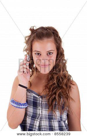 Hermosa chica en el teléfono sonriendo, aislado sobre fondo blanco. Studio Shot.
