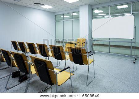 schöne Holzstühle in der modernen Schule