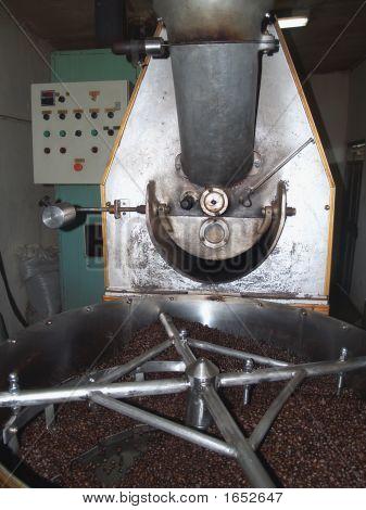 Maschinen rösten Kaffee