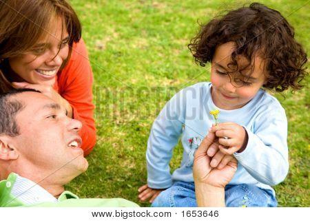 Familia feliz tierno