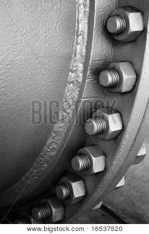 Industrial metallic pipeline joint with many screws and bolts