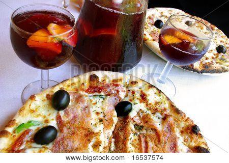 Pizza y servida en un restaurante italiano de la sangría