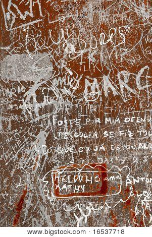 Fondo Grunge con graffiti y escritos sobre una superficie metálica oxidada