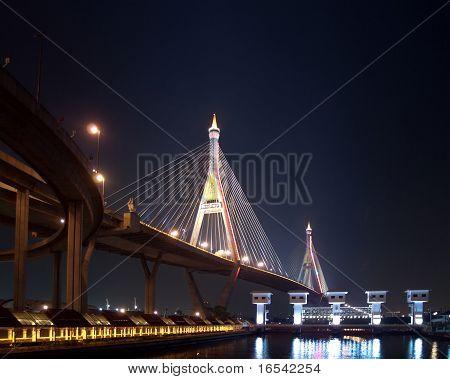 Parte del puente de Bhumibol