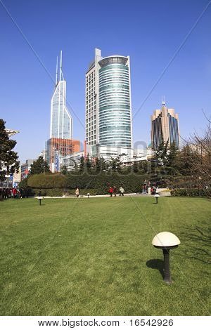 el moderno edificio en el fondo de cielo azul en shanghai china.