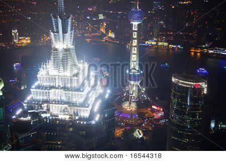 Vista de pájaro de Pudong de Shanghai en la noche