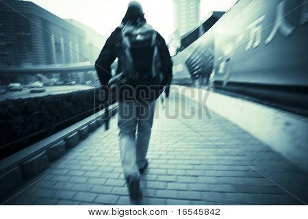 homem andando na calçada em Xangai, china.