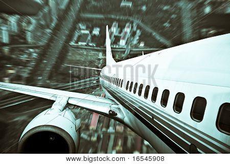 o avião longe da cidade, abstrato