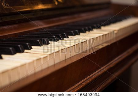 antikvariatas the old brown Grand piano with broken keys