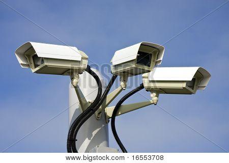 Cámaras de seguridad cctv frente azul cielo