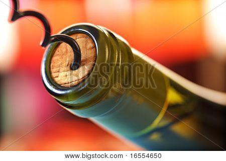 Abrir una botella de vino con un sacacorchos en un restaurante