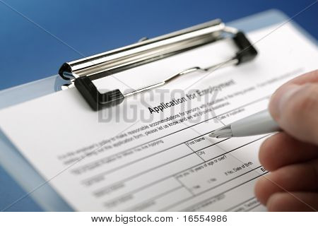Completando um formulário de pedido de emprego