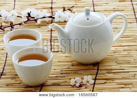 Blanco taza y tetera en paja de bambú