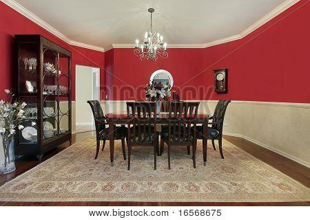 Wohn/Esszimmer in s Haus mit roten Wänden