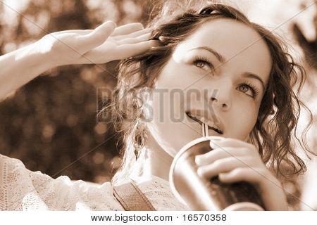 agua de la bebida de hermosa mujer - fondo de naturaleza