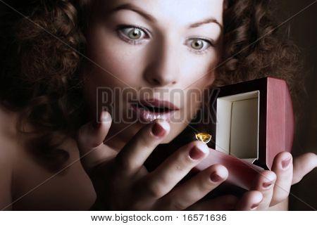 Hermosa mujer recibe un regalo