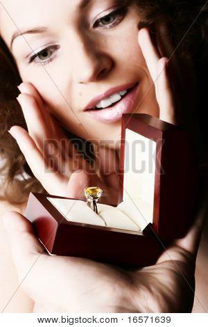 Bela mulher recebe um presente