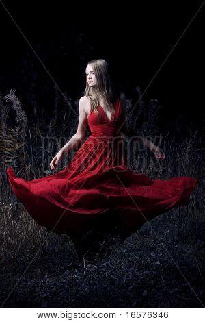 Retrato de mujer baila en el bosque