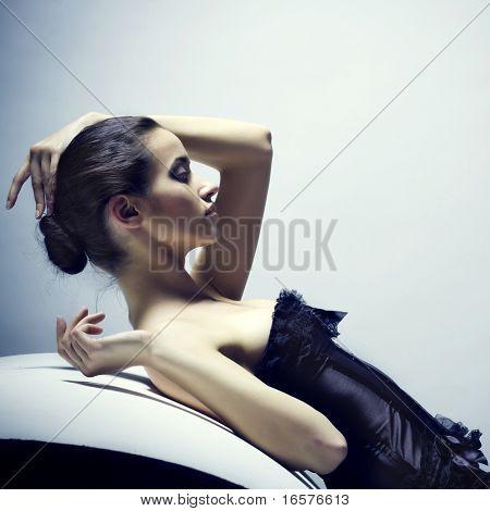 Retrato de una hermosa chica con el pelo negro y brillante maquillaje