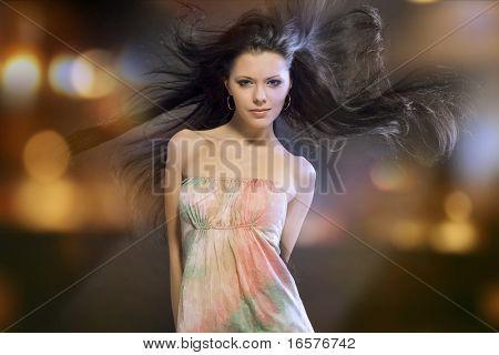 Retrato de una hermosa chica con el pelo negro de vuelo