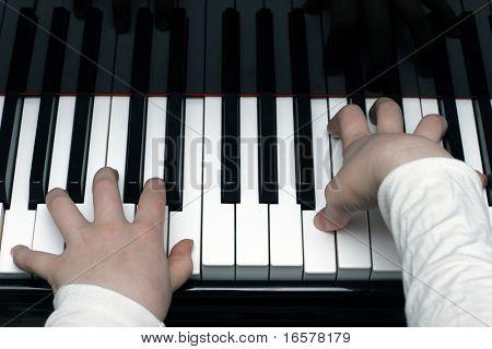 Niño tocando el piano durante la lección de piano