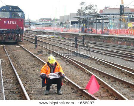 Mann an Bahnstrecke