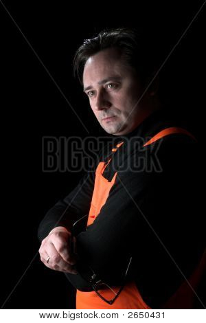 Retrato del hombre sobre un fondo negro