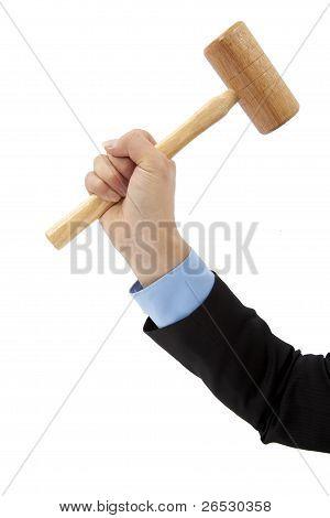mão do empresário segurando o martelo isolado no fundo branco