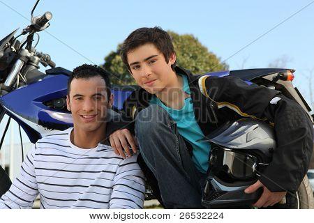 Vater und Sohn Stand per Motorrad