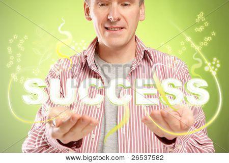 Hombre con éxito de la palabra sobre sus manos. Concepto de personas exitosas y pensamiento positivo.