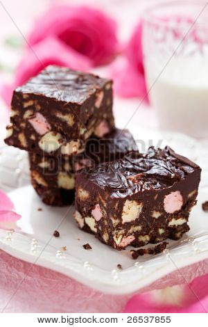 Chocolate bars with marshmallows and biscuit (Rocky road cake)