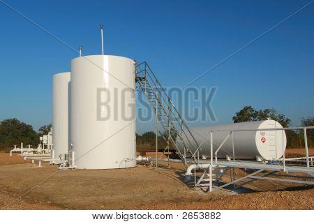 Weiße Öltanks