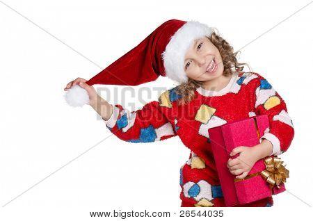 Retrato de niña feliz en pijamas y sombrero de santa con caja de regalo sobre fondo blanco
