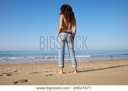 La parte trasera de la mujer Sexy en la orilla del mar