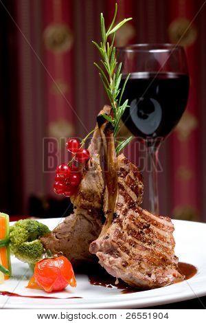 Ein Rib-Steak, Tiefenschärfe auf Fleisch.