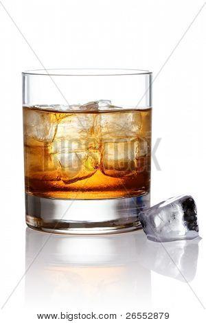 Glas Scotch Whiskey und Eis mit Beschneidungspfad