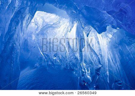 blau Eishöhle mit Schnee bedeckt und überflutet mit Licht