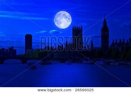 der big Ben und dem Fluss Themse um Mitternacht mit einem hellen Vollmond