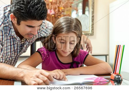 junger Vater helfen, ihre Tochter mit ihr Schulprojekt zu Hause